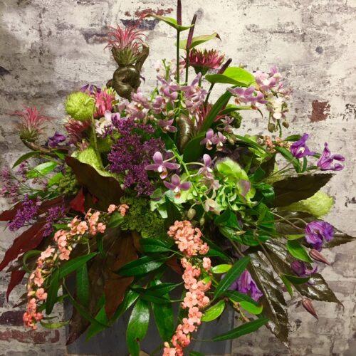 Vegetatief tropisch rouwstuk met Anthuriums en diverse soorten orchideeën